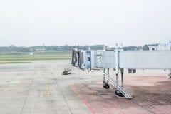 从一个机场终端门的喷气机桥梁在新加坡 库存图片