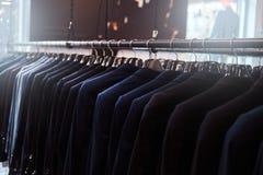 一个机架的照片有衣服夹克的在男服商店 免版税图库摄影
