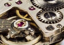 一个机械夫人的手手表(极端宏指令)的内部 免版税库存照片