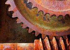 一个机械机器的老和生锈的小齿轮 免版税库存照片