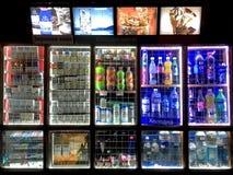 一个杂货摊位的有启发性窗口夜在利沃夫州 免版税库存照片