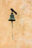 一个村庄教堂的响铃在墙壁上的 库存照片