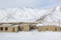 一个村庄的冬天视图高山的 免版税库存图片
