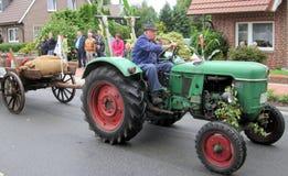 一个村庄的天在北部德国 克滕坎普是825岁 公民游行  免版税图库摄影