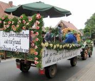 一个村庄的天在北部德国 克滕坎普是825岁 公民游行  库存照片