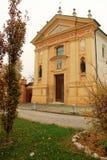 一个村庄的教会在克雷莫纳,意大利附近的 e 库存照片