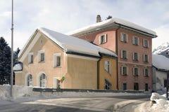 一个村庄的看法积雪的风景和山的在阿尔卑斯瑞士 库存照片