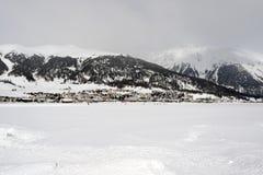一个村庄的看法积雪的风景和山的在阿尔卑斯瑞士 免版税图库摄影