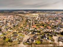 一个村庄的空中照片在德国由与灰色天空的一个单线的铁路线横渡了在背景中 库存照片