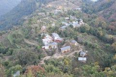 一个村庄的顶视图小山状态的喜马偕尔省,印度 步调遣,并且豪华的绿色风景明显地是可看见的在射击 库存照片