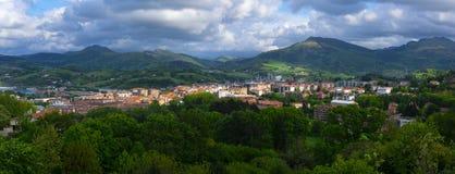 一个村庄的风景全景山谷的在日落 与山的五颜六色的乡下风景 免版税库存图片