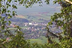 一个村庄的鸟瞰图分支框架的  免版税库存照片