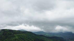 一个村庄的鸟瞰图豪华的绿色雨云盖子热带雨林山的在雨季期间 影视素材
