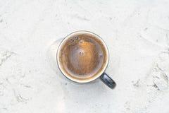 一个杯子不同的表面上的自然咖啡 免版税库存照片