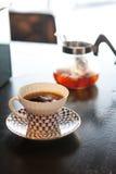 一个杯子与冰的煮的咖啡 库存图片