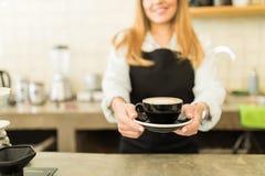 一个杯子与微笑的热奶咖啡 免版税库存图片