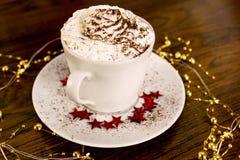 一个杯子与打好的奶油的巧克力热饮 免版税图库摄影