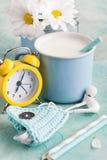 一个杯子与秸杆、耳机和持有人的牛奶 免版税库存照片