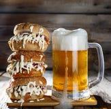 一个杯子低度黄啤酒和一个巨大的汉堡 库存图片