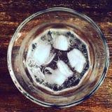 一个杯子冰水 库存照片