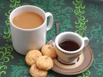 一个杯子加奶咖啡和浓咖啡 库存照片