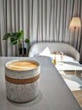 一个杯子在一个舒适咖啡馆的拿铁 免版税库存图片