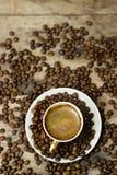 一个杯子在一张木桌上的热奶咖啡 免版税库存照片