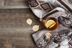 一个杯子在一条毯子的热的红茶在桌上 库存照片
