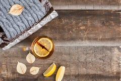 一个杯子在一条毯子的热的红茶在桌上 免版税库存图片