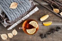 一个杯子在一条毯子的热的红茶在桌上 免版税库存照片