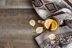一个杯子在一条毯子的热的红茶在桌上 库存图片