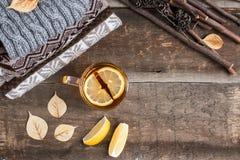 一个杯子在一条毯子的热的红茶在桌上 图库摄影