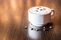 一个杯子在咖啡馆的新鲜的芳香咖啡 库存图片