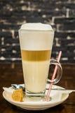 一个杯子在咖啡馆的新鲜的芳香咖啡 免版税库存图片