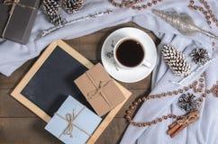 一个杯子在圣诞节装饰的无奶咖啡和与自由空间的板岩文本的 库存图片