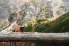 一个杯子在山的早晨咖啡 免版税图库摄影