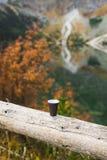 一个杯子在山的早晨咖啡 库存照片