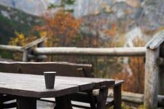 一个杯子在山的早晨咖啡 库存图片