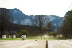 一个杯子在山的早晨咖啡 免版税库存照片