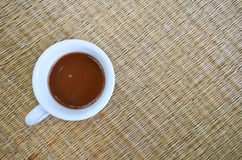一个杯子在席子地板上的热巧克力 库存图片