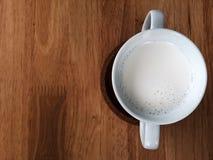 一个杯子在木桌上的牛奶 图库摄影