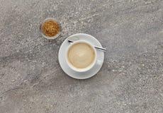 一个杯子在石工作上面的热奶咖啡,射击从上面 免版税库存图片