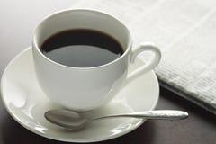 一个杯子在表的热咖啡 库存图片