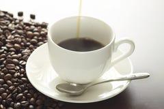 一个杯子在表的热咖啡 免版税库存图片