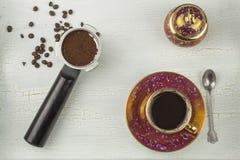 一个杯子在被遮蔽的,破裂的背景的热的咖啡 图库摄影