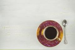 一个杯子在被遮蔽的,破裂的背景的热的无奶咖啡 图库摄影