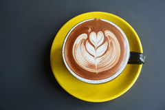 一个杯子拿铁艺术咖啡 免版税库存照片