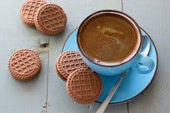 一个杯子无奶咖啡和巧克力饼干 免版税图库摄影