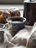 一个杯子早晨咖啡和杯形蛋糕 免版税图库摄影