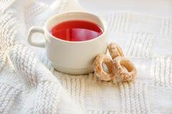一个杯子汁液和百吉卷在一条白色围巾 免版税库存照片